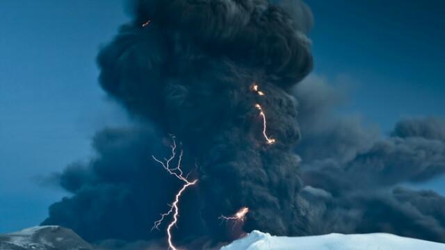 Eruptia vulcanului din Islanda continua! Aeroporturi inchise, din nou!