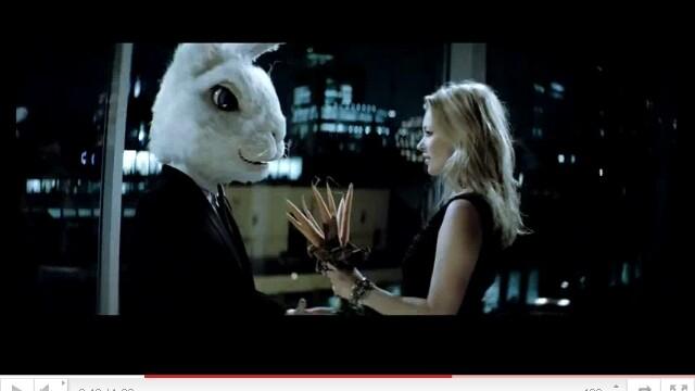 Iat-o pe Kate Moss cum seduce un iepure gigant! Dans in lenjerie intima