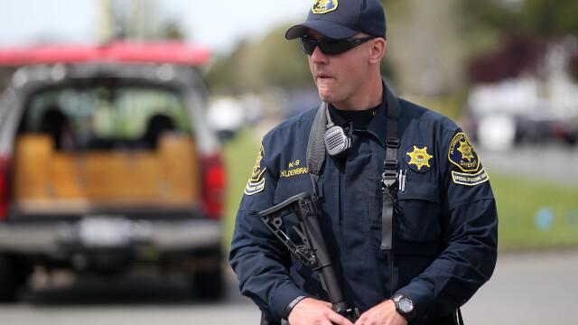 Un baietel in varsta de 3 ani si-a impuscat parintii cu o arma luata din poseta mamei
