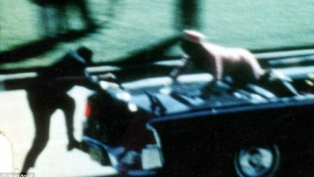 """""""A incercat sa prinda o bucata din capul presedintelui"""". Dezvaluiri privind asasinarea lui JFK"""