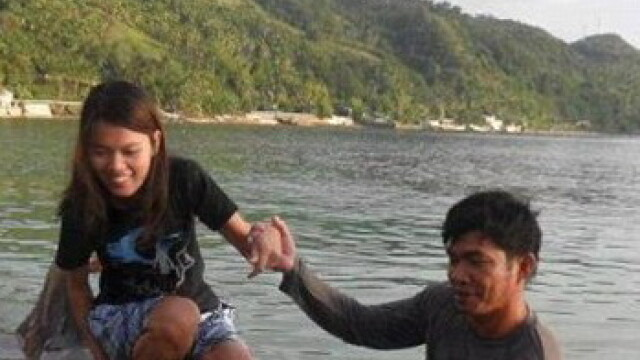 turisti langa un rechin esuat