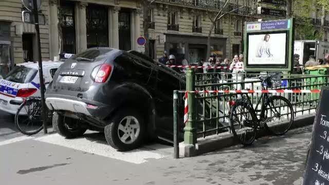 VIDEO. Un francez si-a parcat Dacia Duster direct pe scarile unei statii de metrou din Paris