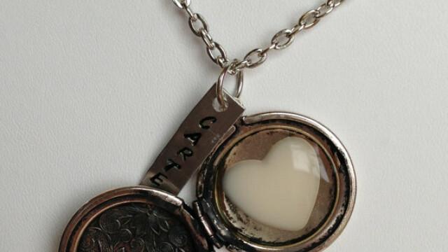 Medalionul cu lapte mamar e ultima moda in materie de bijuterii: \