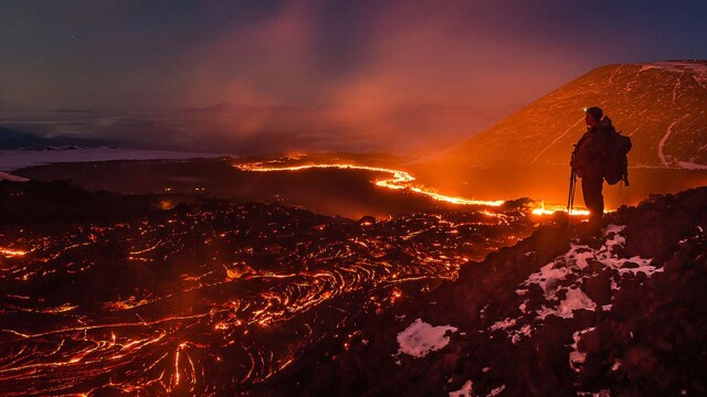 Galerie FOTO. Si-au riscat viata pentru a fotografia raurile de lava din inima unui vulcan