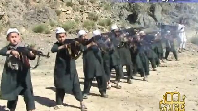 copii antrenati de talibani sa traga cu mitraliera