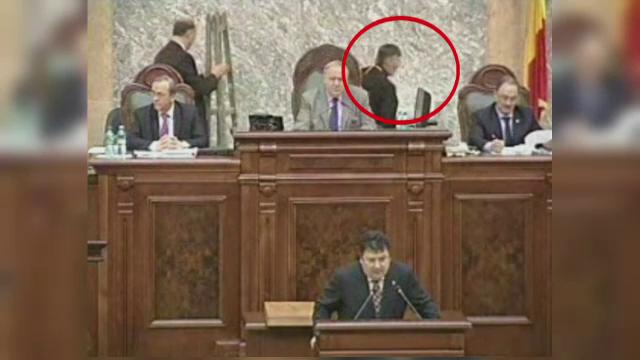 O cruce adusa in Senat a ajuns subiect de cearta intre parlamentari. Preotul e acuzat de impostura