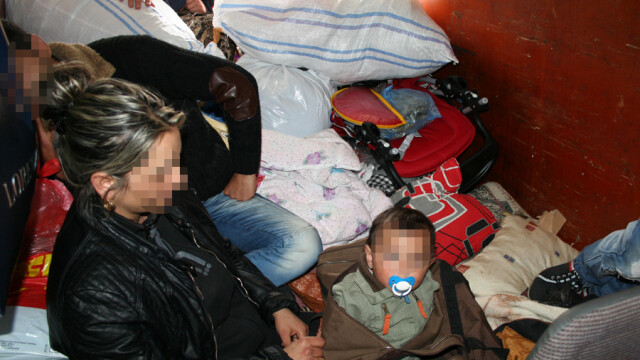 Locul in care a fost ascuns un copil de un an pentru a fi scos ilegal din tara. Politistii din vama Bors l-au descoperit - Imaginea 3