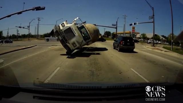 Si-a vazut moartea cu ochii. Cum a scapat un american dupa ce un camion cu beton s-a rasturnat si i-a lovit masina