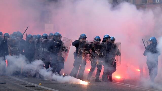 15.000 de oameni au protestat in Italia din cauza masurilor de austeritate. Politistii, atacati cu pietre, oua si petarde - Imaginea 1