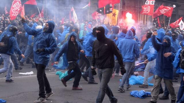 15.000 de oameni au protestat in Italia din cauza masurilor de austeritate. Politistii, atacati cu pietre, oua si petarde - Imaginea 2