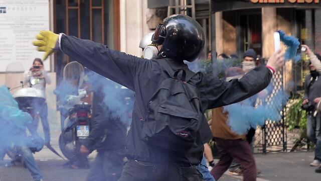 15.000 de oameni au protestat in Italia din cauza masurilor de austeritate. Politistii, atacati cu pietre, oua si petarde - Imaginea 3