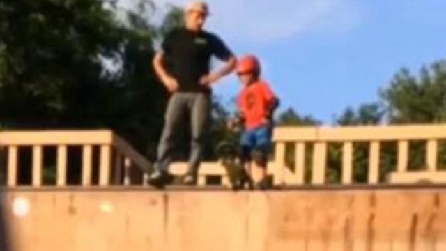 Momentul socant in care un tata isi impinge fiul de 6 ani pe o rampa de skateboarding