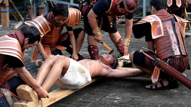 Crucificarea lui Iisus, reconstituita in Filipine in Vinerea Mare. Imagini dure cu credinciosi rastigniti in numele credintei