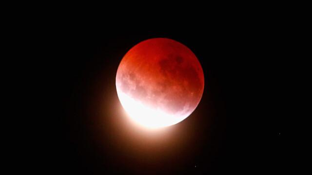 GALERIE FOTO cu cea mai scurta eclipsa totala de luna. Urmariti aici inregistrarea integrala a fenomenului - Imaginea 2