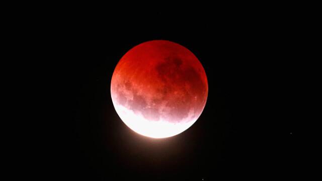 GALERIE FOTO cu cea mai scurta eclipsa totala de luna. Urmariti aici inregistrarea integrala a fenomenului - Imaginea 3