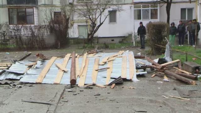 Vantul puternic a smuls acoperisurile de pe blocuri, la Iasi. Ce anunta meteorologii pentru zilele urmatoare