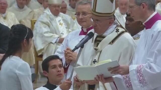 Bisericile catolice si cele protestante, pline de credinciosi veniti sa ia lumina. La Vatican, Papa a vestit Invierea