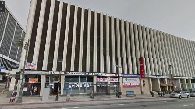 Incendiu la un mall din Los Angeles. Pompierii incearca sa salveze oamenii prinsi in cladire