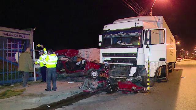 Trei tineri au murit, dupa ce au intrat cu masina intr-un TIR. Soferul automobilului avea carnetul suspendat de anul trecut
