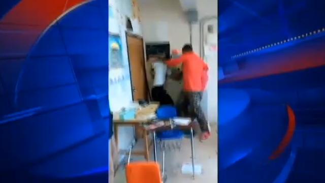 Un profesor din SUA a fost FILMAT cand strangea un elev de gat. De ce a recurs la acest gest