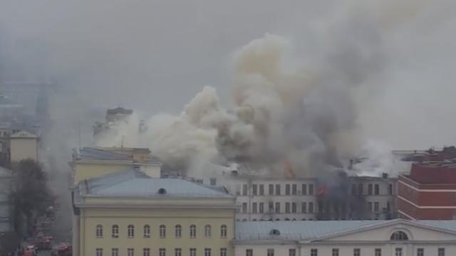 Incendiu intr-o cladire a Ministerului rus al Apararii. Zona centrala a Moscovei a fost acoperita de un fum dens. VIDEO