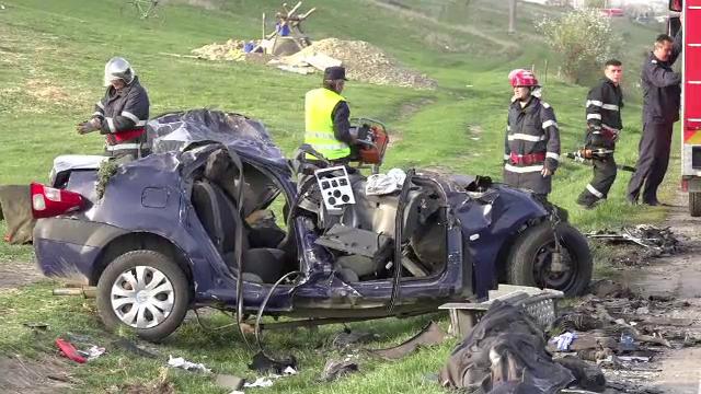 Un sofer de 18 ani a murit, dupa ce masina lui a intrat pe contrasens si a fost lovita de doua TIR-uri. Ce povestesc martorii - Imaginea 1