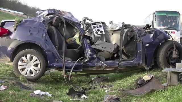 Un sofer de 18 ani a murit, dupa ce masina lui a intrat pe contrasens si a fost lovita de doua TIR-uri. Ce povestesc martorii - Imaginea 2