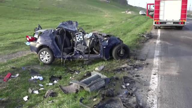 Un sofer de 18 ani a murit, dupa ce masina lui a intrat pe contrasens si a fost lovita de doua TIR-uri. Ce povestesc martorii - Imaginea 3