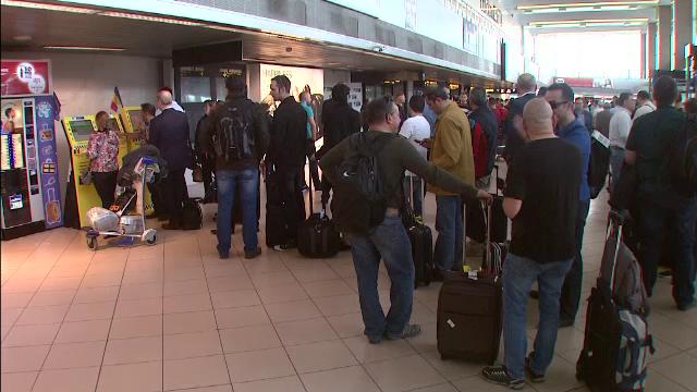 Cozi uriase la Aeroportul Henri Coanda. Zecile de mii de pasageri ajung sa astepte si doua ore un taxi dintr-un motiv absurd