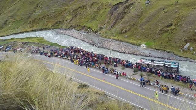 Tragedie in Peru. Cel putin 23 de morti, dupa ce un autocar plin cu pasageri s-a prabusit intr-un rau