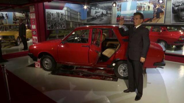 Masini din perioada dictatorilor comunisti, expuse intr-un muzeu din Varna. Langa ce automobil apare Nicolae Ceausescu