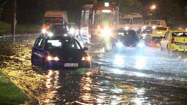 Imagini dramatice la Iasi, unde cartiere intregi au fost inundate. Un batran a fost tras cu forta in apa de viitura - Imaginea 1