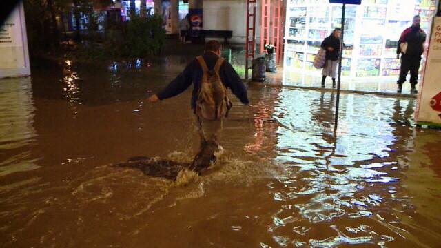 Imagini dramatice la Iasi, unde cartiere intregi au fost inundate. Un batran a fost tras cu forta in apa de viitura - Imaginea 2