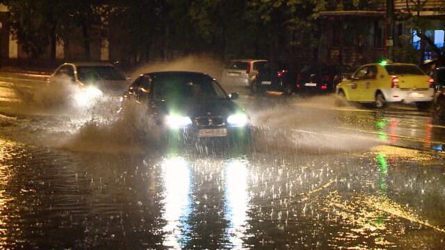 Imagini dramatice la Iasi, unde cartiere intregi au fost inundate. Un batran a fost tras cu forta in apa de viitura - Imaginea 3