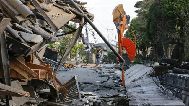 Bilantul cutremurelor devastatoare din Japonia a urcat la 32 de morti si 2.000 de raniti. Versantul unui munte s-a prabusit - Imaginea 6