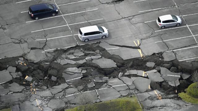 Bilantul cutremurelor devastatoare din Japonia a urcat la 32 de morti si 2.000 de raniti. Versantul unui munte s-a prabusit - Imaginea 5