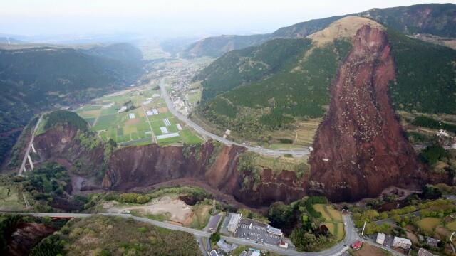 Bilantul cutremurelor devastatoare din Japonia a urcat la 32 de morti si 2.000 de raniti. Versantul unui munte s-a prabusit - Imaginea 2