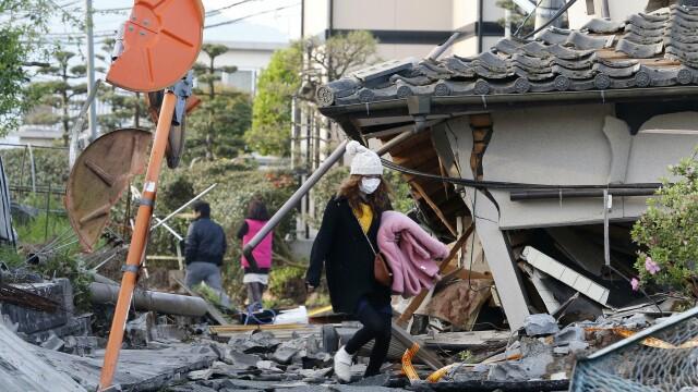 Bilantul cutremurelor devastatoare din Japonia a urcat la 32 de morti si 2.000 de raniti. Versantul unui munte s-a prabusit - Imaginea 1