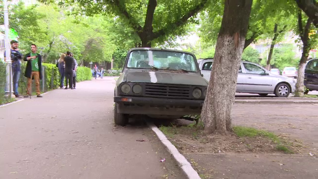 Furiosi ca nu si-a mutat Dacia din loc de 5 ani, vecinii s-au gandit sa ii dea o lectie. \