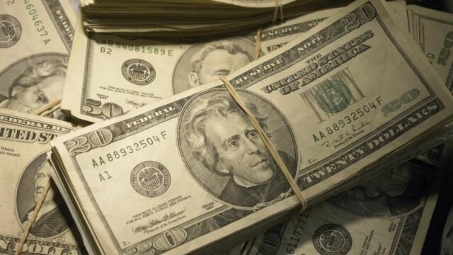 Dolarul bate record dupa record in Romania: moneda americana atinge un nou maxim istoric la BNR. Urmeaza scumpiri in lant