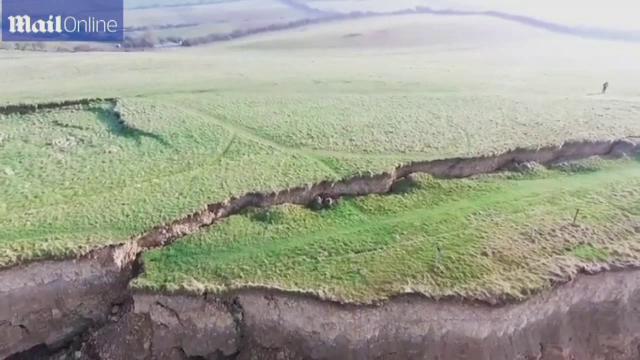 O alunecare de teren a dus la aparitia unui fenomen rar pe Coasta Jurassicului. Imaginile spectaculoase surprinse cu o drona