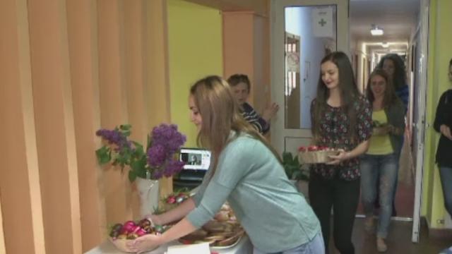 Inainte de vacanta de Paste, studentii din Sibiu au inrosit oua si au facut cozonaci si gogosi. \