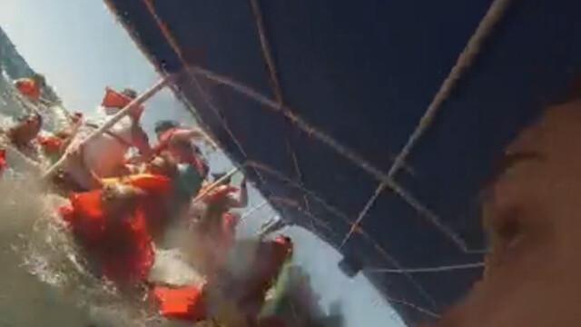 Momentul in care un vas de agrement s-a scufundat, filmat de o turista. A scapat renuntand la vesta de salvare. VIDEO