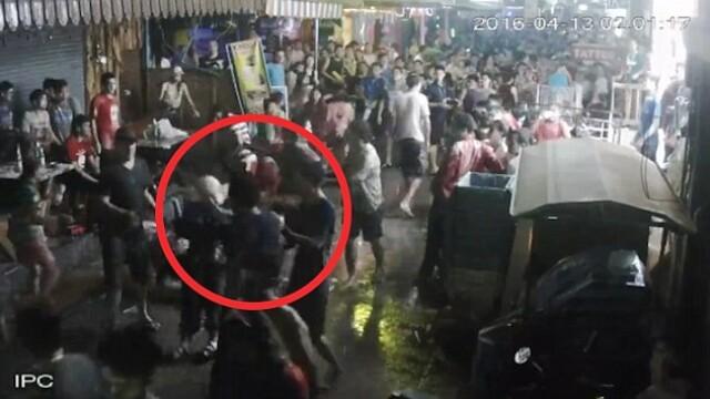 O familie de turisti, batuta crunt pe strada, de niste tineri in Thailanda. Ce a patit un trecator care a sarit sa ii ajute
