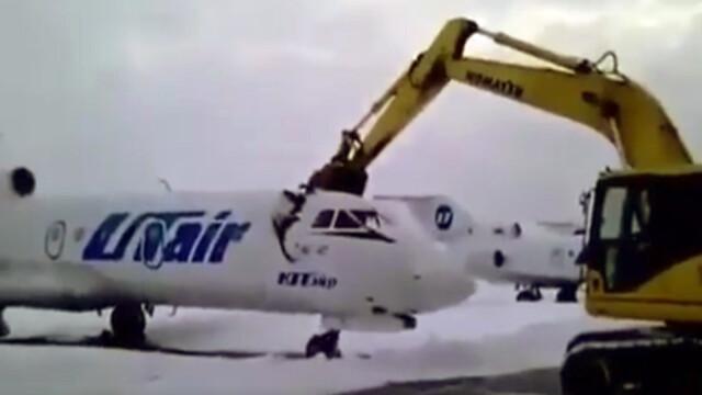 Un avion a fost distrus cu un excavator. Ce l-a suparat pe angajatul unui aeroport din Rusia