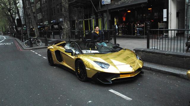 Si-a parcat bolizii de 1 MILION de euro, placati cu aur, pe o strada aglomerata din Londra. Ce a urmat cand a venit politia