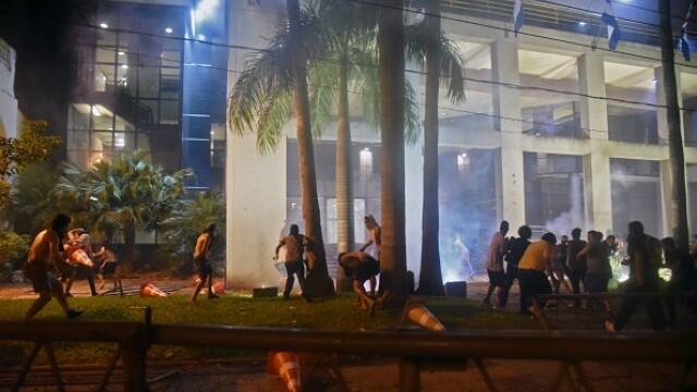 Momentul in care un tanar este ucis in timpul protestelor din Paraguay. Ministrul de Interne si seful Politiei au fost demisi