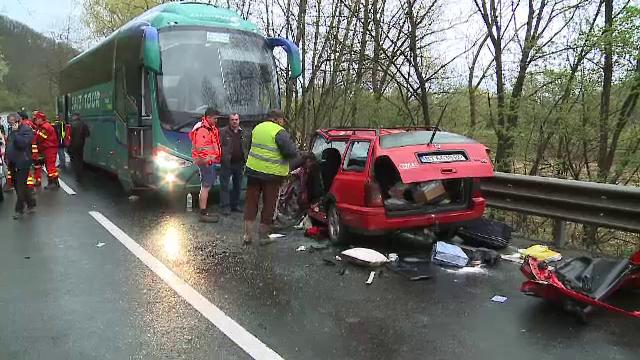 Un autocar cu 28 de pasageri romani a intrat pe contrasens, pe DN7, si a izbit un autoturism. Cinci persoane au fost ranite