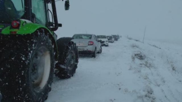 Masini blocate in nameti, copaci cazuti si localitati fara curent, dupa 2 zile de ninsori. Drumurile nationale inchise