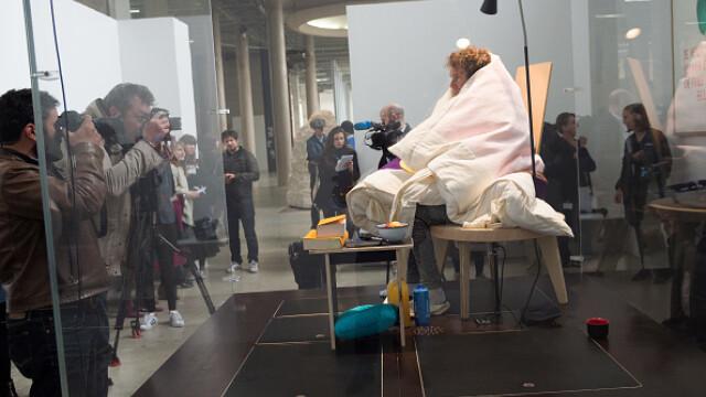 Artistul Abraham Poincheval a reusit sa cloceasca in 3 saptamani 10 oua de gaina, din care au iesit 9 pui. FOTO